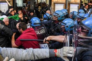 Police clash with taxi drivers and ambulants in Rome during a protest outside Democratic Party (PD) sight in Rome, 21 February 2017. ANSA/ALESSANDRO DI MEO